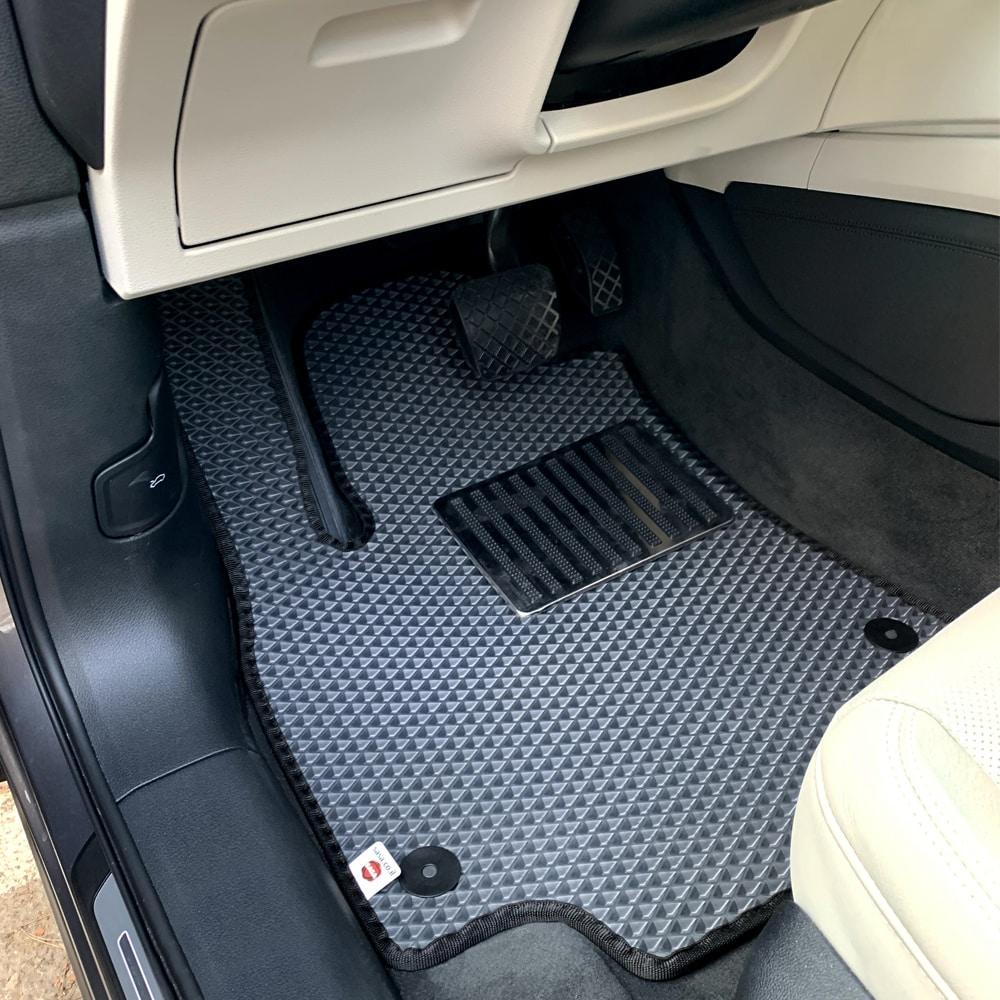 שטיח רכב לאאודי בצבע אפור   שטיח לתא המטען שחור עם מסגרת בז'   גלריית תמונות של שטיחים לרכב