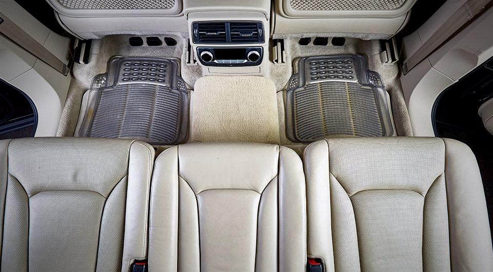 רכב עם שטיחי סיליקון רגילים