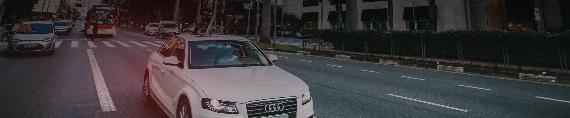 רכב אאודי נוסע על כביש עירוני