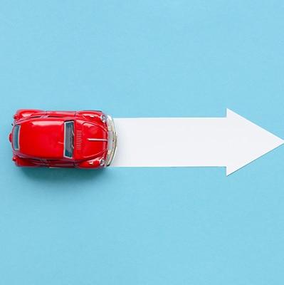 תמונה של רכב אדום לחלון נפתח של יצירת קשר