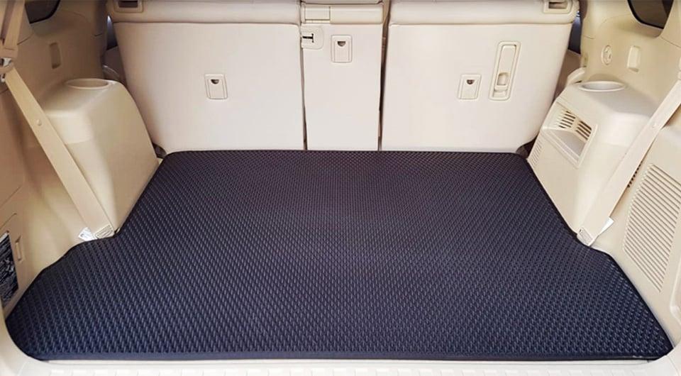 שטיח לבגאז' בצבע שחור | מותאם לדגם הרכב ועמיד למים