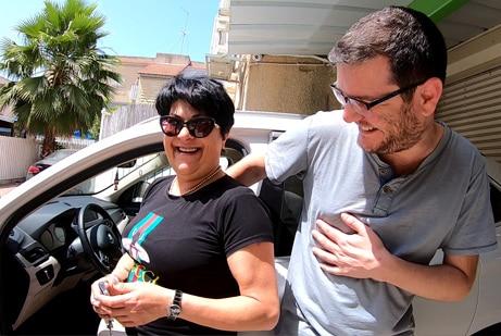 אמא ובן עם המלצות על שטיחים לרכב SASA